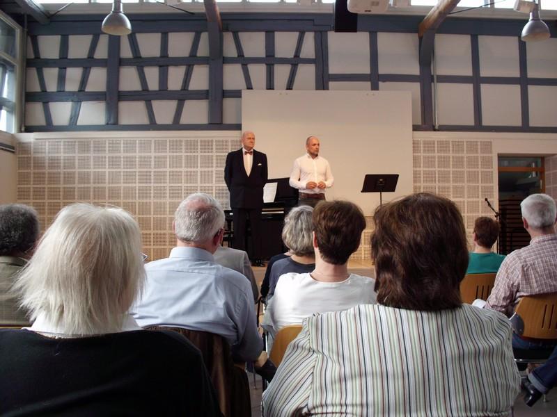 Bürgermeister Wiest (rechts) und Musikschulleiter Wolfgang Weller